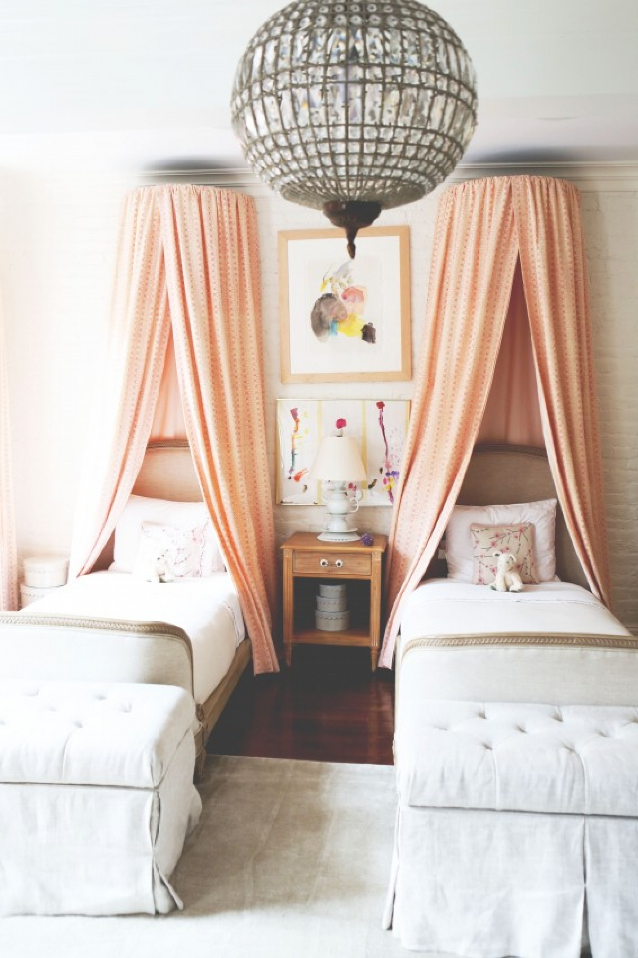 The canopy over the bed atomorfen - New york girls room ...